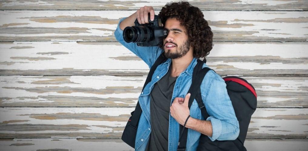 カメラケースを持つ男性