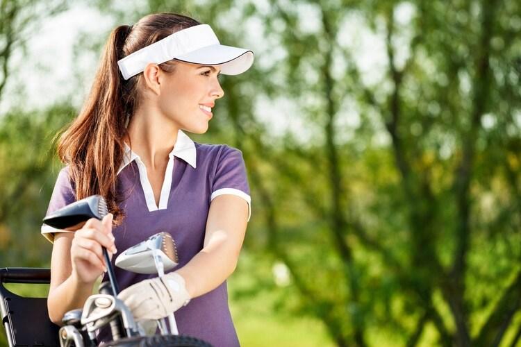 バイザーを被った女性ゴルファー