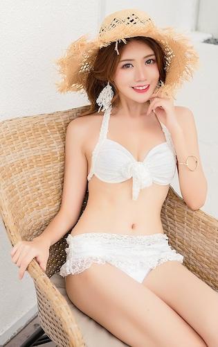 スカート付き白ビキニ
