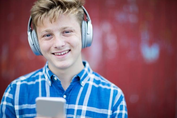 ヘッドホンで音楽を聴いている男の子