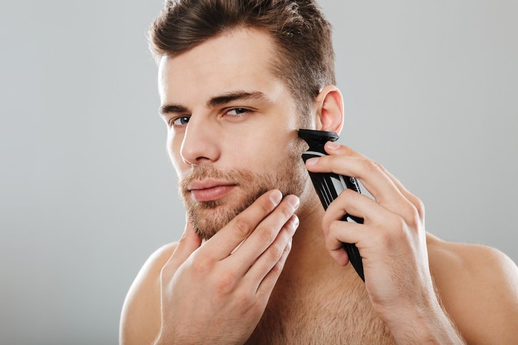 髭を剃っている男性