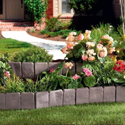 レンガ石調のガーデンエッジを使用した花壇