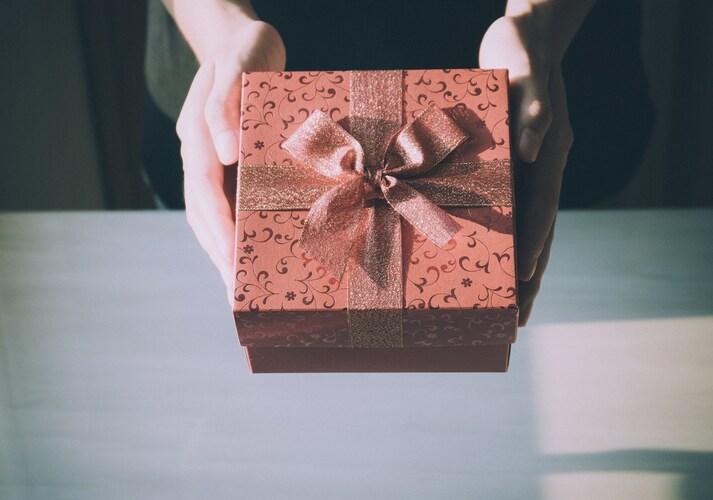 茶色のラッピングされたプレゼント