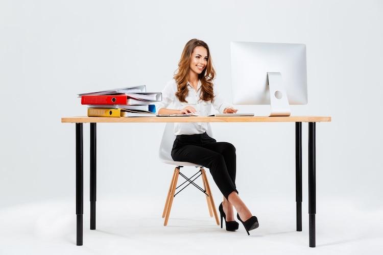 パソコンデスクで作業に向かう女性