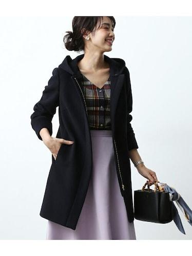 ウールコート黒を着る女性