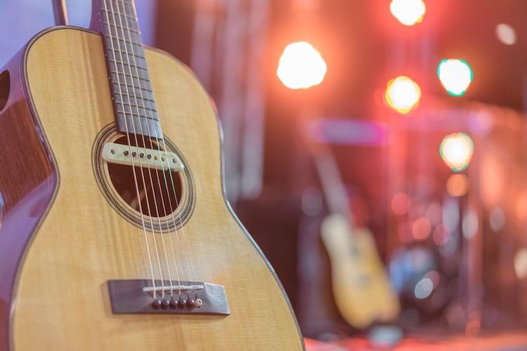 ピックアップ搭載のアコースティックギター