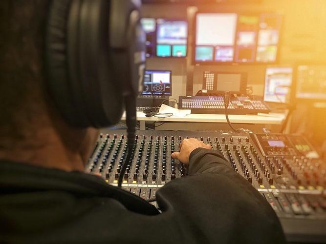 作業中のレコーディングエンジニア