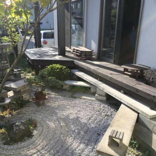 ウッドデッキをあしらった庭