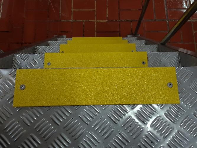 屋外用 階段には耐久性の高いはがれにくいものを