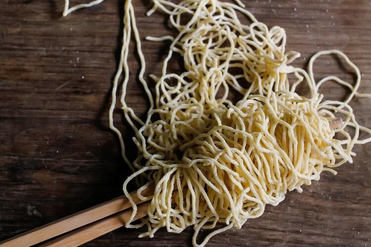 麺の種類|カロリーが気になる方はノンフライ、こってり味が好きなら油揚げ麺