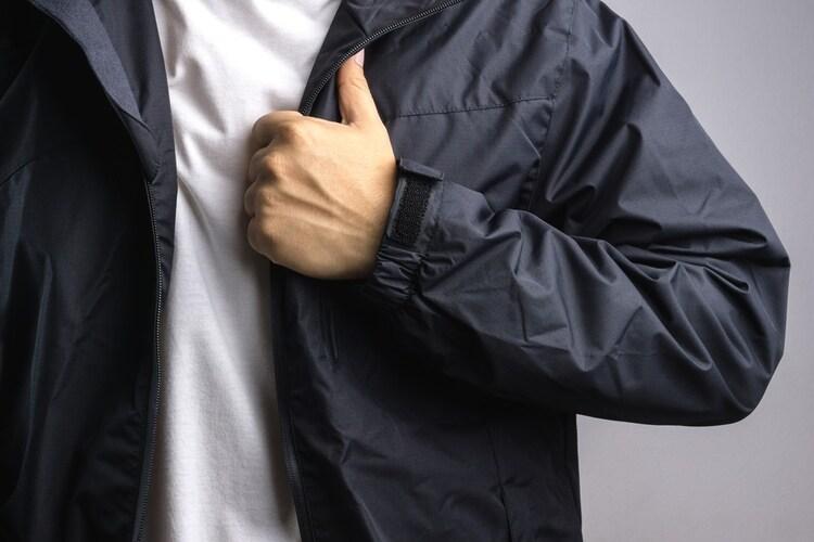素材 軽量で動きやすい合成繊維がおすすめ
