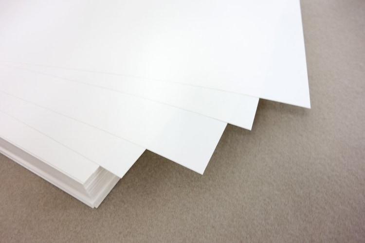 加工紙 つや出しなどの加工がされていて写真やイラストなどの印刷向け