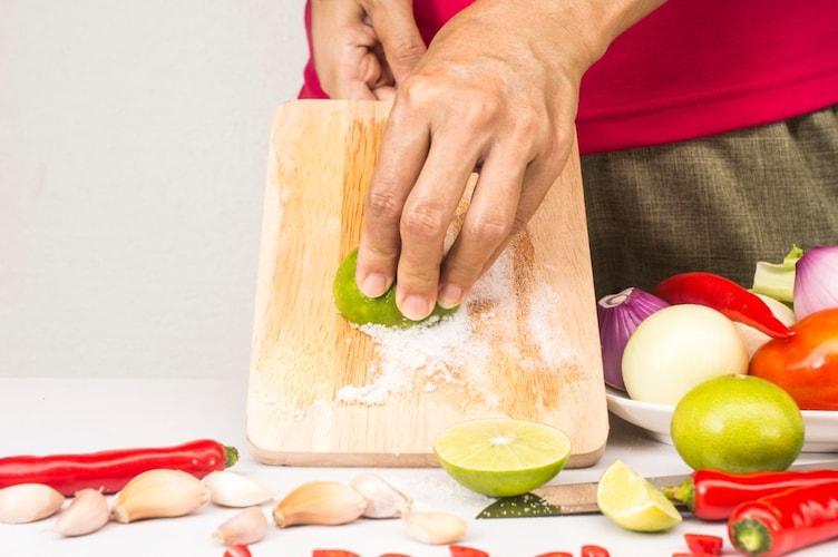 1:台所用洗剤とブラシで、表面に付着した汚れを取り除く