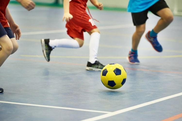 サッカーボールとの違いをサイズ、重さ、空気圧で比較!