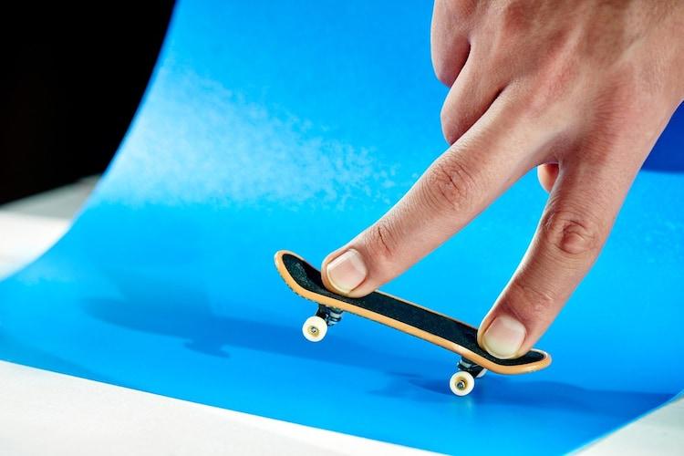 指スケ(フィンガーボード)は指で遊べるミニチュアスケボー