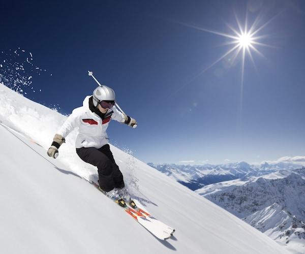 基礎スキーや検定などにはやや硬めで細めのものがおすすめ!