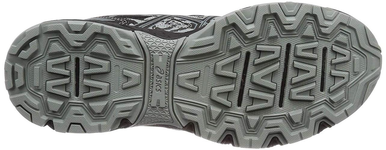 靴底 溝や凹凸が多く、滑り止め加工の施されたものを