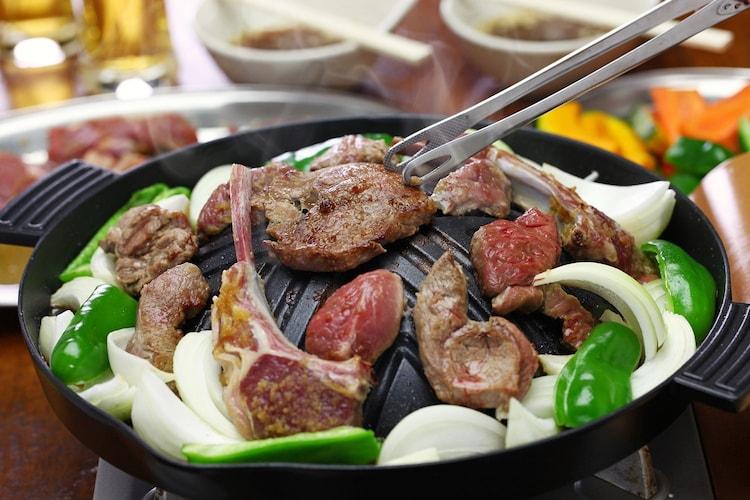 ジンギスカン鍋は肉を乗せても温度が下がりにくい