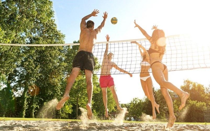 ビーチバレーボール|砂浜を使い2対2でプレーをする