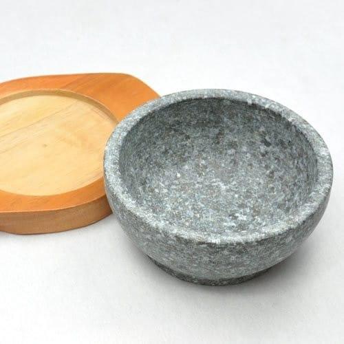 素材 熱伝導と保温に優れた「石」、軽量で手入れが簡単な「陶器」