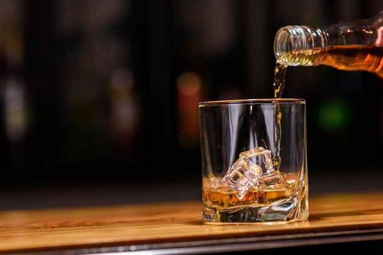 中身はウイスキーなどの蒸留酒を