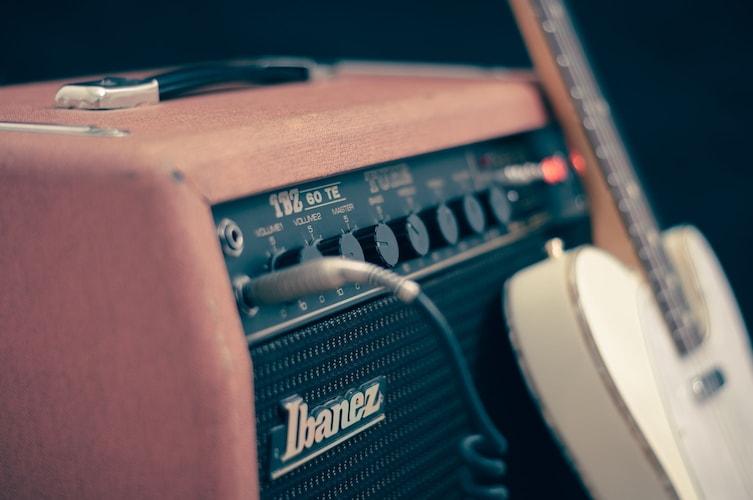 エレキは機材で音を変えたり、改造して自分のオリジナルの音を追求できる