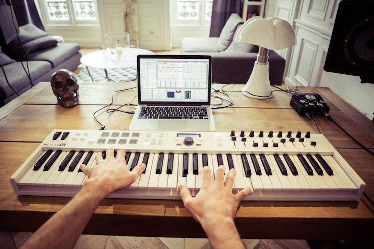 MIDI(ミディ)キーボードとは?