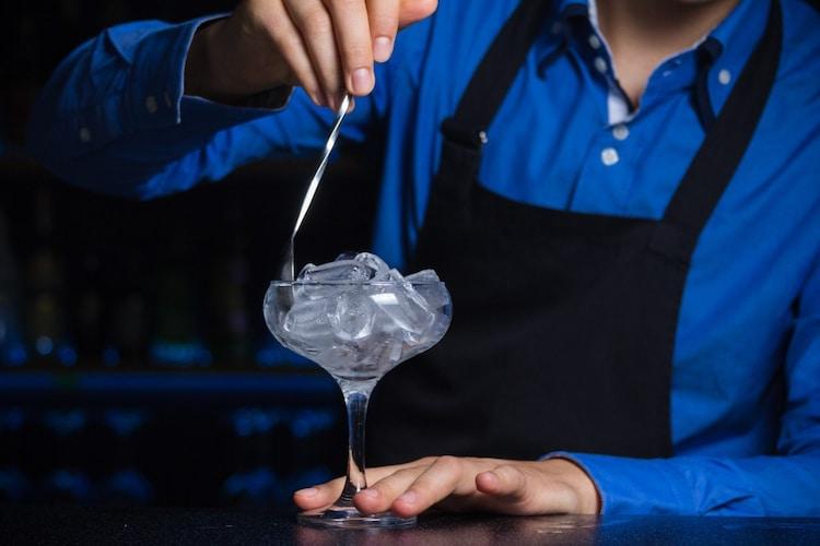 出し入れ|グラスの向こう縁から滑らかに抜く