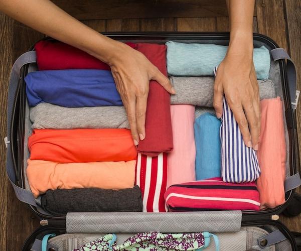2、衣類やタオルは丸めて収納する