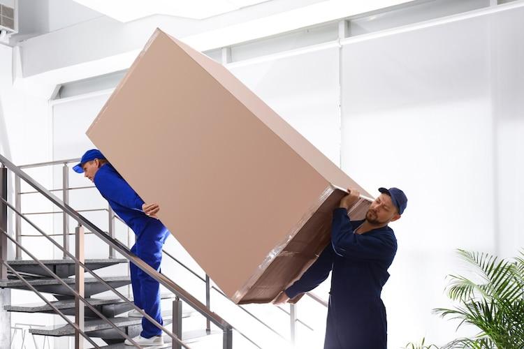 冷蔵庫の運搬方法|キャスターがあるか確認、持ち運ぶ際は二人以上で!