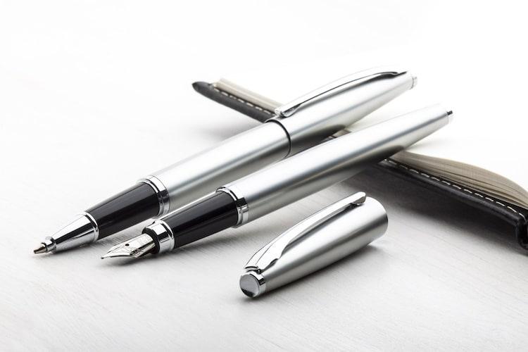 ・ローラーボールペンは万年筆のような書き味が魅力的