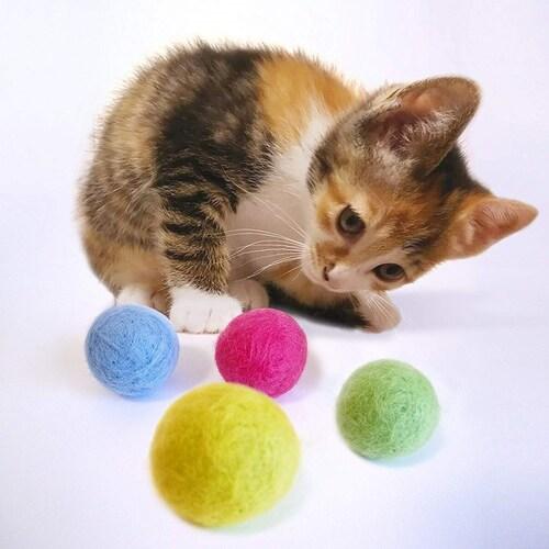 ボール 猫ちゃんが自分の手で転がして遊べる