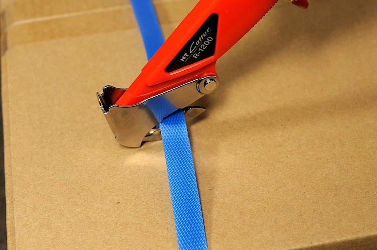 機能|荷解きに便利なカッター付き