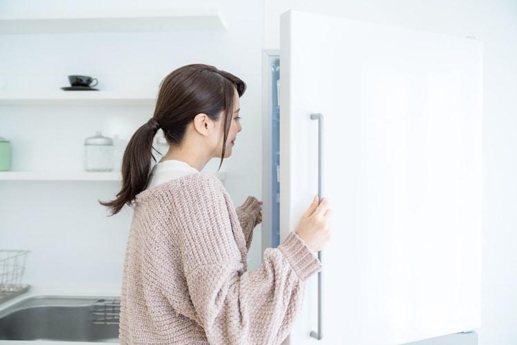 冷蔵庫のドアを開ける女性