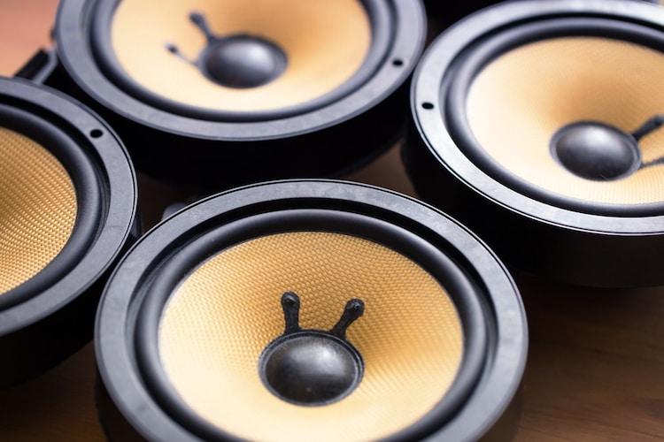 出力|迫力のある低音を楽しむなら40W以上のものを