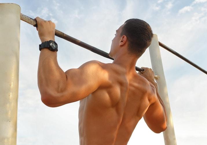 ▼順手懸垂(プルアップ)|広背筋を鍛える