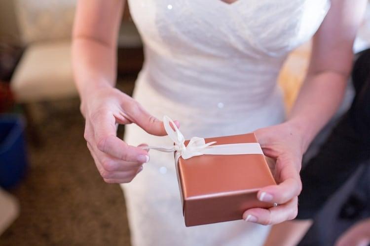 結婚式・二次会のプチギフトの渡し方