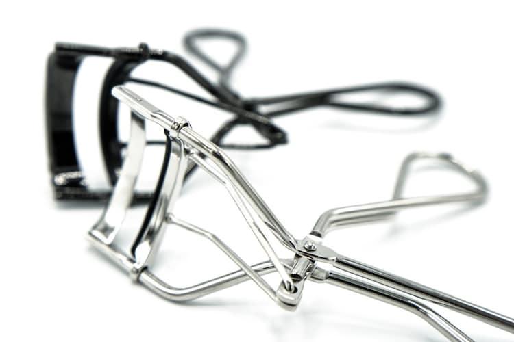 ★まつげが傷むのが心配ならビューラーとの併用や美容液でのケアもおすすめ