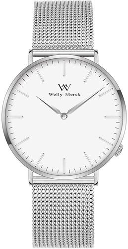 <男性への贈り物には腕時計やキーケースも人気>