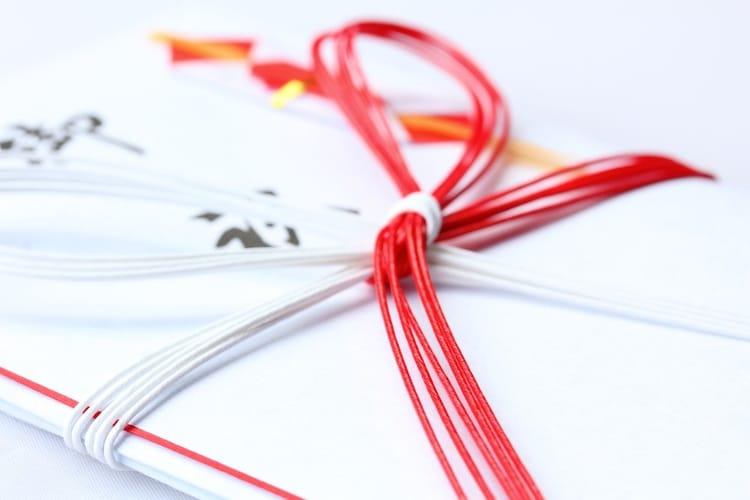 水引|紅白の物を使い、結び目は蝶結び