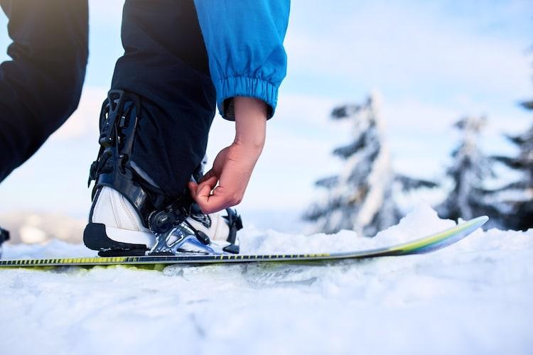 スノーボードビンディングからブーツの外し方