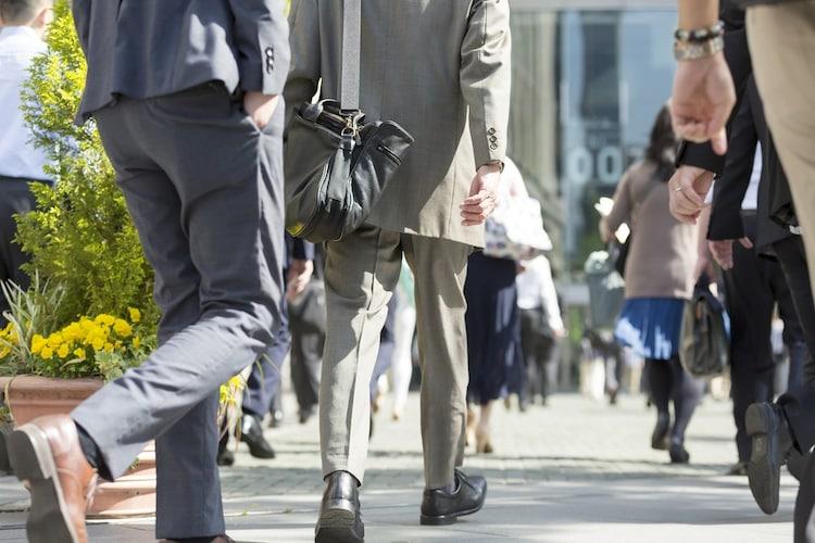 厚さ|薄いタイプは洋服の下に付けても目立たず通勤などにおすすめ