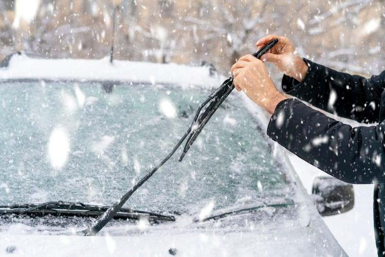 冬の運転には雪用ワイパーや凍りにくいウォッシャー液も用意!