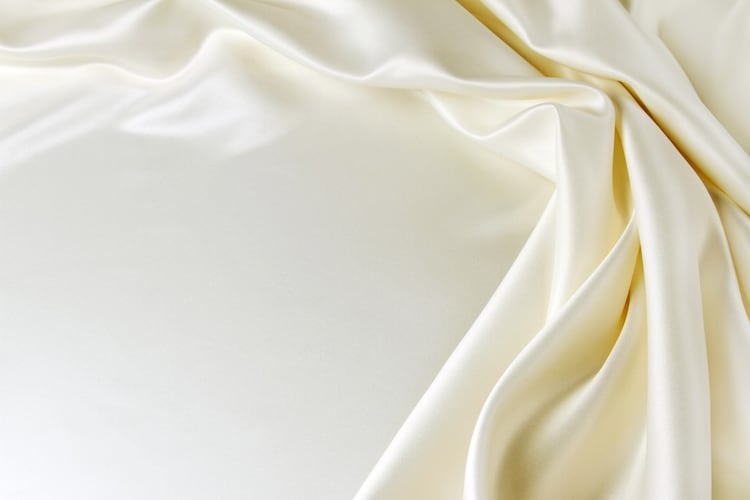 ・シルクやサテンなどツヤのある素材は上品な雰囲気に