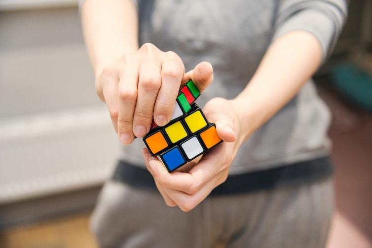 ルービックキューブをプレイする人