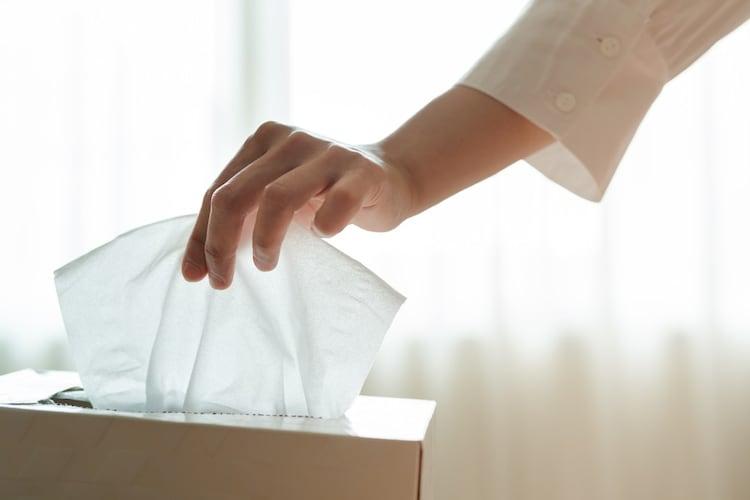細筆の洗い方|半紙やティッシュで墨を拭き取る