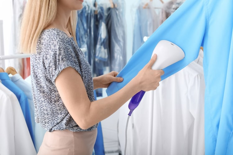 ・ワイシャツは裾を軽く引っ張りながらゆっくりとスチームを当てて
