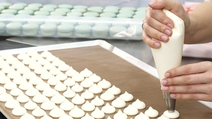 絞り袋の持ち方、絞り方のコツ|手で温めてクリームを溶かさないように!