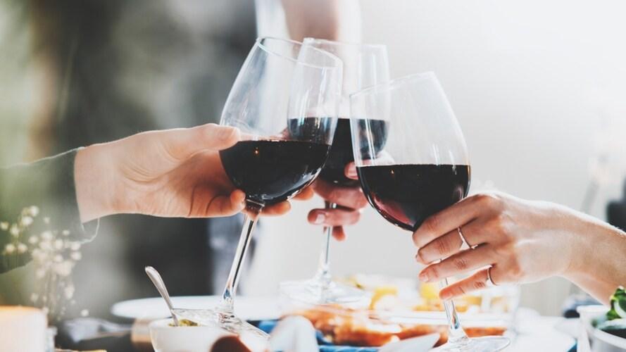 赤ワインを乾杯している人