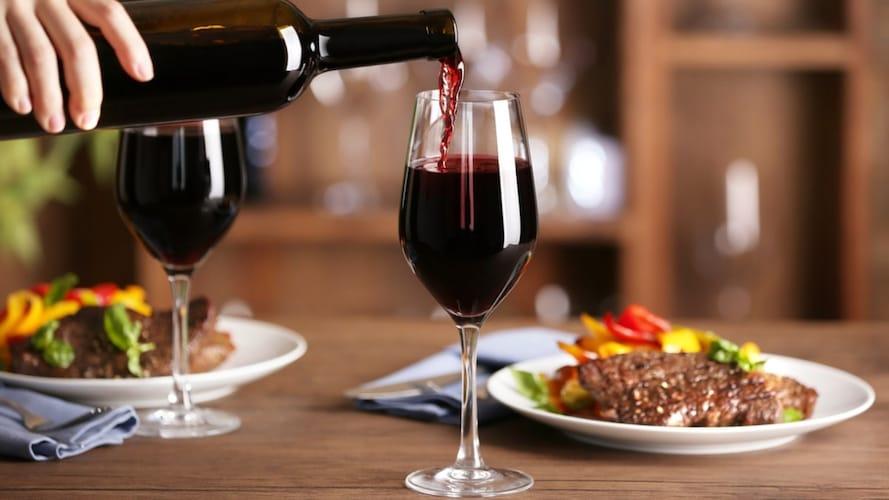 赤ワインと肉料理